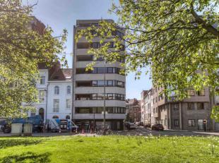 Dit lichtrijk instapklaar appartement van 153 m² is gelegen nabij het Zuidpark. De inkomhal biedt toegang tot het ruime woongedeelte, bestaande u