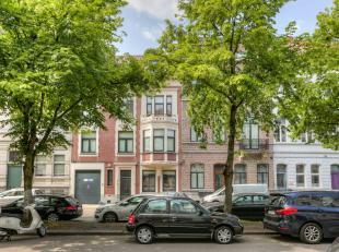 Deze statige herenwoning heeft een bewoonbare oppervlakte van 448 m² en is gelegen op een perceel van 189 m². Ze is ideaal gelegen nabij het