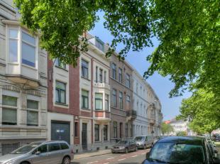 Dit gebouw met een totale oppervlakte van ca. 500 m² is ontsloten via een inrijpoort van een statige herenwoning het centrum van Gent.<br /> Bij