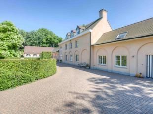 Dit prachtige landhuis met een bewoonbare oppervlakte van 585 m² is gelegen op een mooi perceel van 4,5 hectare grond met uitbreidingsmogelijkhed