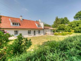 Deze prachtige hoeve met 555 m² bewoonbare oppervlakte is gelegen op een perceel van 3370 m². Ze werd ca. 20 jaar geleden gerenoveerd en her