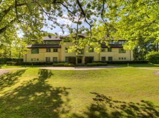 Deze uiterst goed gelegen penthouse heeft een bewoonbare oppervlakte van 215 m². Nabij de golf van Sint-Martens-Latem werd deze statige residenti