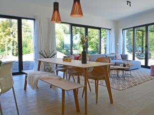Dit mooi hoekappartement van 116 m² kijkt langs de zijkant op het Bloekenspark alsook de Nieuwevaart. De leefruimte met open keuken is voorzien v