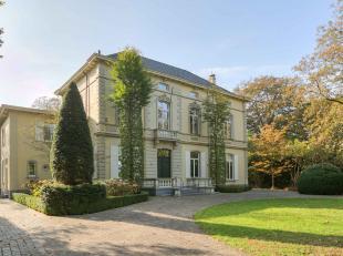 Deze unieke eigendom met bewoonbare oppervlakte van 665 m² bevindt zich op een perceel van 11.000 m² en is gesitueerd in de residentiël