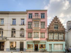Deze twee handelshuizen met veel mogelijkheden zijn gelegen op een terrein van 241 m² op toplocatie. Typerend is de prachtige historische gevel w