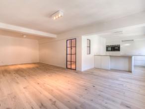 Dit prachtig nieuw gerenoveerde appartement van 125 m² is gelegen in het historisch centrum van Gent nabij de Korenmarkt en het Gravensteen. Aan