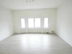 Volledige gerenoveerd en centraal gelegen appartement met 1 slaapkamer. Het is gelegen op de vijfde en bovenste verdieping in een gebouw met lift. Het