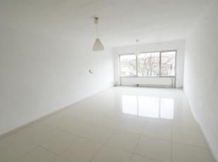 Goed gelegen appartement met 2 slaapkamers, open keuken, living op tegels, badkamer met ligbad. Onmiddellijk vrij.