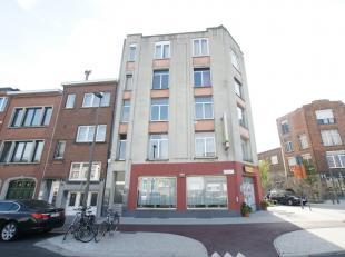 Centraal gelegen appartement op de eerste verdieping met 1 slaapkamer, praktische inkomhal en ruime leefruimte op laminaat. Overal dubbele beglazing e