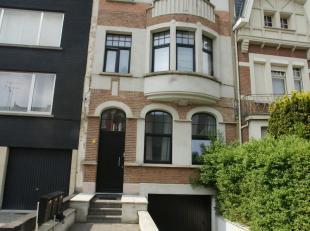 OPENDEURDAG ZATERDAG 15/12 TUSSEN 13u en 15u.<br /> Schitterend gelegen en volledig gerenoveerd gelijkvloers appartement met tuintje. Het appartement