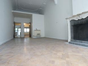 Gelijkvloers appartement met 1 slaapkamer en leuke stadstuin. Leefruimte op planken vloer. Vernieuwde keuken met toestellen. Badkamer met douche.