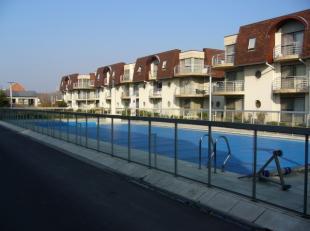 Gelegen in een verzorgd domein met verwarmd zwembad (juni/sept), een goed onderhouden gemeenschapstuin en op stapafstand van strand en tram. Mooi en h