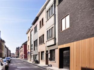 Deze gezinswoning is gelegen in de Langestraat, een rustige en kindvriendelijke straat in Ledeberg. De ligging is bijzonder aantrekkelijk gezien haar