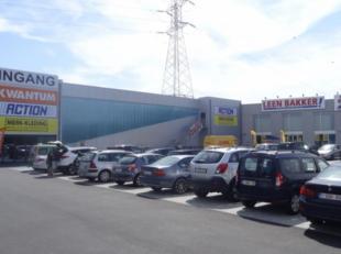 - site van 8.000 m2 met 5.100 m2 commerciële ruimte - 130 parkeerplaatsen - casco inrichting - vrije hoogte : ca. 5 meter - dubbele leveranciersi