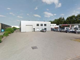 Het betreft een polyvalent bedrijfsgebouw bestaande uit magazijnruimte en burelen met ruime verharde parking. Mogelijkheid tot opsplitsing in KMO-unit