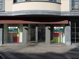 Het betreft een winkelpand gelegen aan Bredabaan van Brasschaat.  Openbare parkeerplaatsen voor de deur en openbaar vervoer in de onmiddellijke omgevi