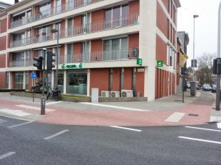 Het betreft een handelspand dat een voormalig bankkantoor is, gelegen op de hoek van de Ruggeveldlaan en de Schotensesteenweg.  Het pand heeft een ide