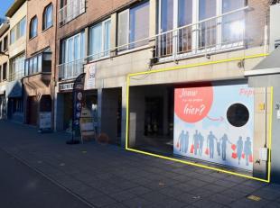 Dit pand is gelegen aan de drukke Bredabaan van Brasschaat.  Openbare parkeerplaats voor de deur, tevens aan de overzijde van de straat is een grote o