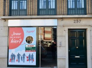 Het betreft een winkelruimte gelegen in het beste gedeelte van het centrum van Brasschaat.<br /> Het pand ligt vlak tegenover het oude Gemeentehuis.