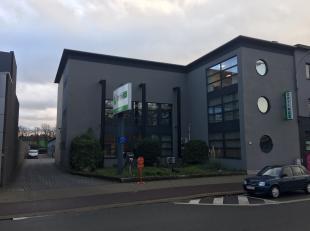 Het betreft een volledig gerenoveerd kantoorgebouw aan de voorzijde en een te renoveren polyvalent gebouw aan de achterzijde, gelegen aan de A 12 Antw