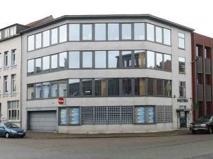 Het betreft een kantoorgebouw, gelegen aan het kruispunt van de IJzerlaan en de Bredastraat, vlakbij de op- en afritten van de ring (Sportpaleis) en d