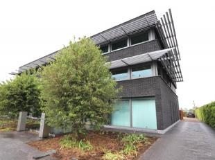 Het betreft een gelijkvloerse kantoorruimte gelegen langs de verbindingsas Mortsel – Lier.<br /> <br /> Gevraagde verhuurprijs : 1.200,00 €/maand<br /