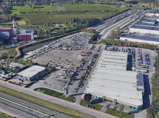 Het betreft een ruim verhard terrein gelegen aan de Boomsesteenweg, as Antwerpen – Brussel.  De terreinen liggen ter hoogte van Autostad.  Het gebouw