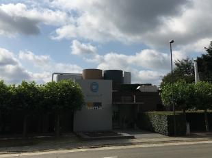 Het betreft een bedrijfs gebouw gelegen in kmo zone met magazijn, kantoren en appartement. Aan de voorzijden van de straat bevindt zich een ruime park
