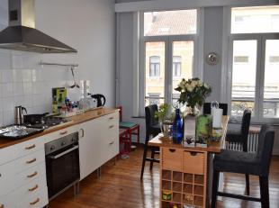 Dans une petite rue calme et à proximité de toutes les facilités, duplex au 1er et 2ème étage d'une maison. S&eacut