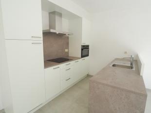 - Gelegen in het centrum van Brasschaat<br /> - In een gebouw van 3 appartementen<br /> - Mooie woonkamer met veel lichtinval<br /> - Open keuken met