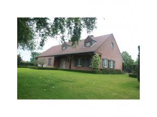 Riante, prachtige villa met 4 slaapkamers op een perceel van 2.328m² met zeer mooie tuin gelegen in een landelijke omgeving te Lille.<br /> Deze