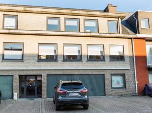 Zeer verzorgd en ruim appartement (90m²) op de 2de verdieping met twee slaapkamers, met bijhorende garage en kelder. Gelegen in een rustige straa