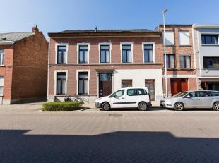 Ruim appartement op de eerste verdieping met leefruimte, volledig ingerichte keuken, mooi terras en 3 slaapkamers. Gunstig gelegen op wandelafstand va