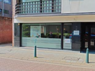"""Zeer gunstig gelegen handelsgelijkvloers (100m²)in een zijstraat van de drukke en gezellige winkelstraat de""""Antwerpsestraat"""". Uitermate geschikt"""