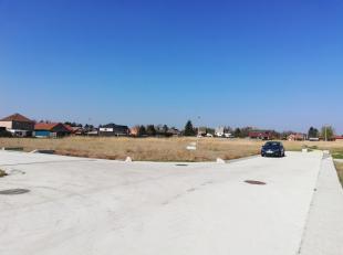 Bouwgrond voor open bebouwing (lot 45), met een oppervlakte van 525 m², een straatbreedte van 15 meter, achteraan palende aan een groenzone, in d
