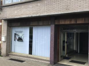 Gelijkvloers handelspand met tuin verhuurd met netto rendement van 5%.<br /> Het winkelpand werd recent vernieuwd in 2018 en ingericht als schoonheids