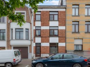 Ligging: De woning is centraal gelegen op de De Bruynlaan. Van daar sta je met de tram op 20 minuten in t stad en met de auto is er een vlotte aanslui