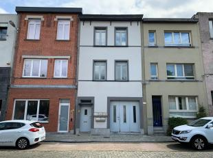 Opbrengsteigendom van 4 units. Gelijkvloers kantoor met opslagruimte, 2 appartementen en een studio gelegen in het centrum vanBerchem, gelegen nabij h