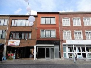 Handelspand op A-locatie met te renoveren duplex appartement. Ligging: Gelegen in de winkelstraat van Herentals met drukke passage. Vlotte verbinding