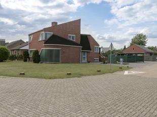 Unieke, instapklare woning met 3 slaapkamers op 745 m². Ligging:Rustig gelegen op een hoekperceel in Olmen, deelgemeente van Balen. Goede verbind