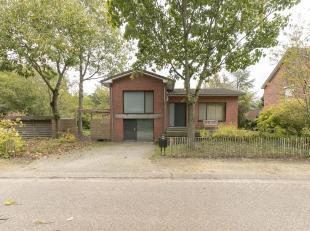 Instapklare vernieuwde split-level woning met 3 slpk. op een perceel van ca. 967m² gelegen nabij een groene en rustige omgeving.Ligging:Gelegen n
