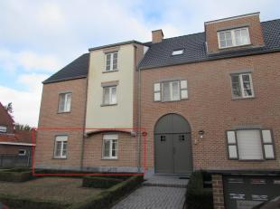 Ruim gelijkvloers appartement met 2 slaapkamers, garage en uitzonderlijk ruime tuin.<br /> Ligging: Gelegen nabij het centrum van Mol. Op korte afstan