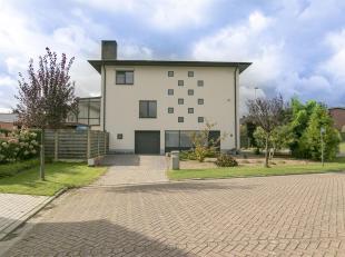 Ruime statige woning met 3 slpk, tuin en grote inpandige garage.<br /> Ligging: gelegen nabij het centrum van Oud Turnhout met een vlotte verbinding n
