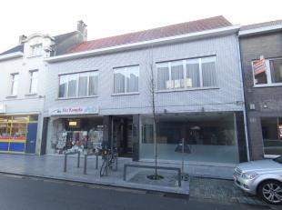 Ideaal gelegen en uiterst interessant opbrengsteigendom bestaand uit 2 winkels, 2 appartementen en biedt nog uitbreidingsmogelijkheden!<br /> Ligging: