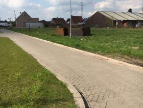 Rustig, in kindvriendelijke buurt gelegen bouwgrond - opp. 407 m² - 13.25 m breed voor halve open bebouwing met garage.Doodlopende straat. Lot 9B