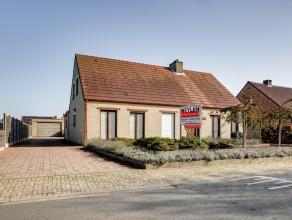 Nabij het centrum gelegen woning met extra grote garage eneen groteveranda/tuinkamer op 1.091 m² grond.Indeling : Inkomhal, woonkamer met houtkac