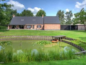 Zeer verzorgde, instapklare villa met dubb. garage, open verzorgde tuin met prachtige bomenopstand en een vijver op +/- 2.900 m² grond.Indeling:I