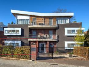 Luxueus, instapklaar appartement in het centrum van BEERSE en toch rustig gelegen ! Ontwerp : Architect Louis Caron.Het appartementis 120 m²groot