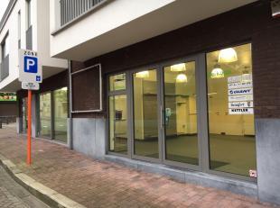 In het centrum gelegen handelsruimte van +/- 80 m² met gesloten ondergrondse garagebox met sectionale poort. De etalage heeft een breedte van 11