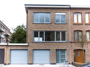 Zeer ruime moderne woning volledig gerenoveerd en met grote tuin. Op het gelijkvloers bevinden zichde inkomhal met vestiaire, wasplaats met de nodige